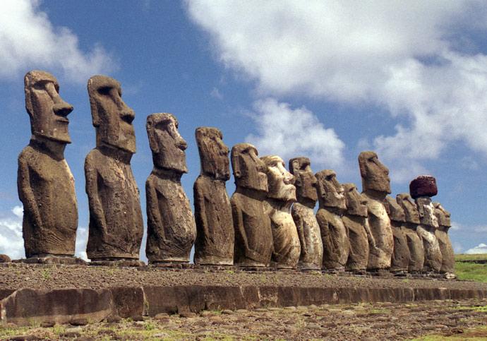 """Résultat de recherche d'images pour """"photos des statues de l'ile de paques"""""""