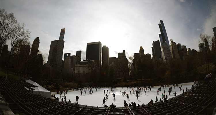 La patinoire de Central Park avec une belle vue sur la Skyline