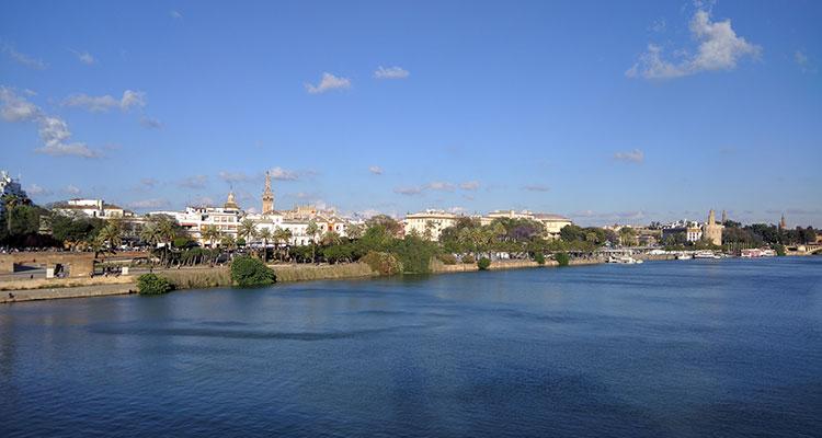 La vue depuis les berges de Séville. Les balades y sont agréables en rafraichissantes en été