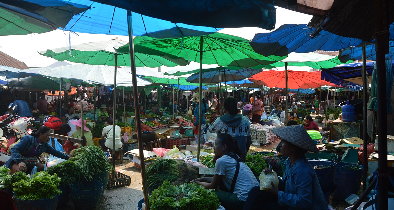 photo du marché local à luang prabang