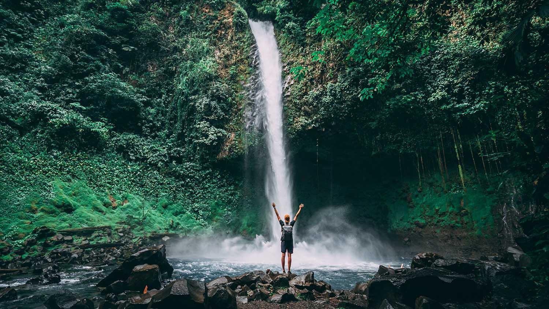 la fortuna waterfall, un des endroits les plus incroyables au Costa Rica