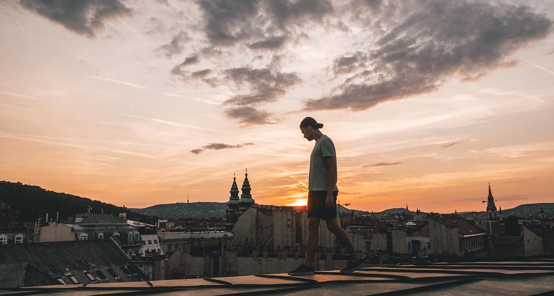 un coucher de soleil sur les toits à Budapest