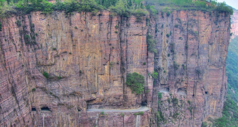Une route incroyable à travers les montagnes en Chine