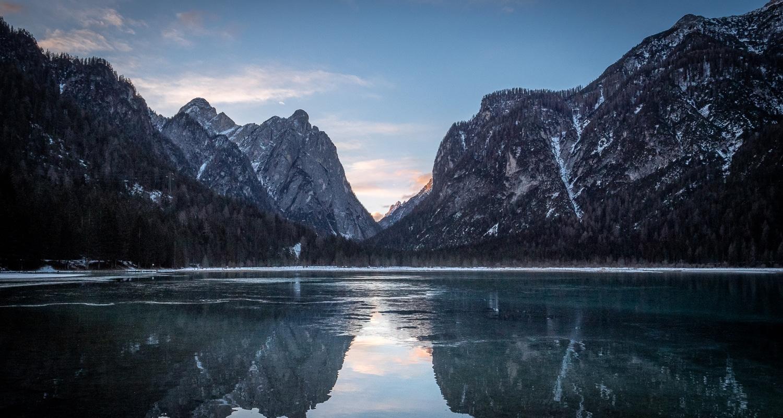 Le lac de Dobbiaco au lever du soleil
