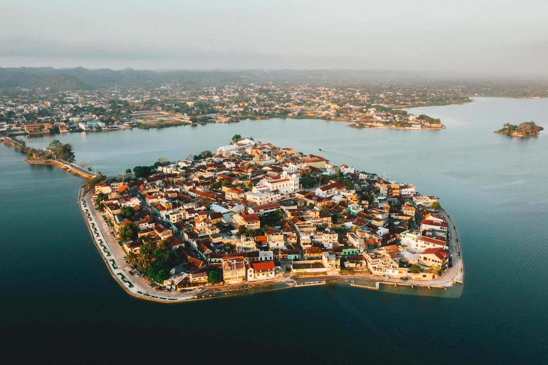 Une vue au drone de la ville de Guatemala Flores