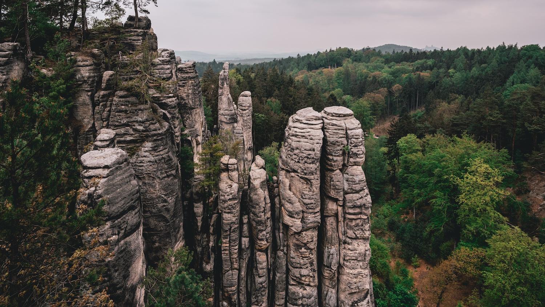 Les labyrinthes de roches de Besedice quand il fait gris