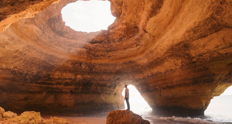 La grotte de Benagil, un des plus beaux lieux dans l'algarve