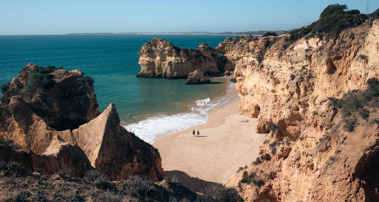 Les cotes de la plage des Três Irmãos dans l'algarve